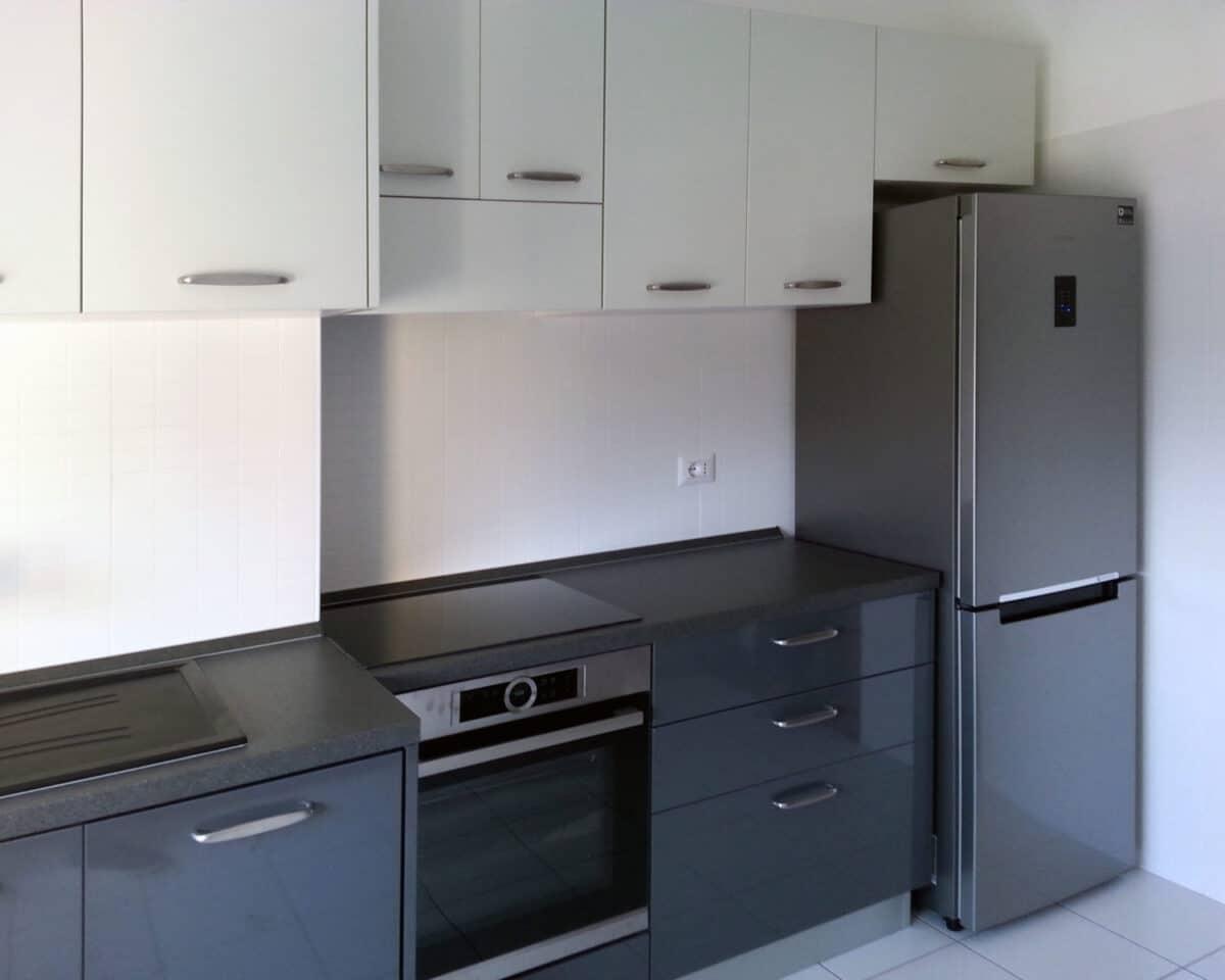 Cucina con struttura in nobilitato bianco per i pensili