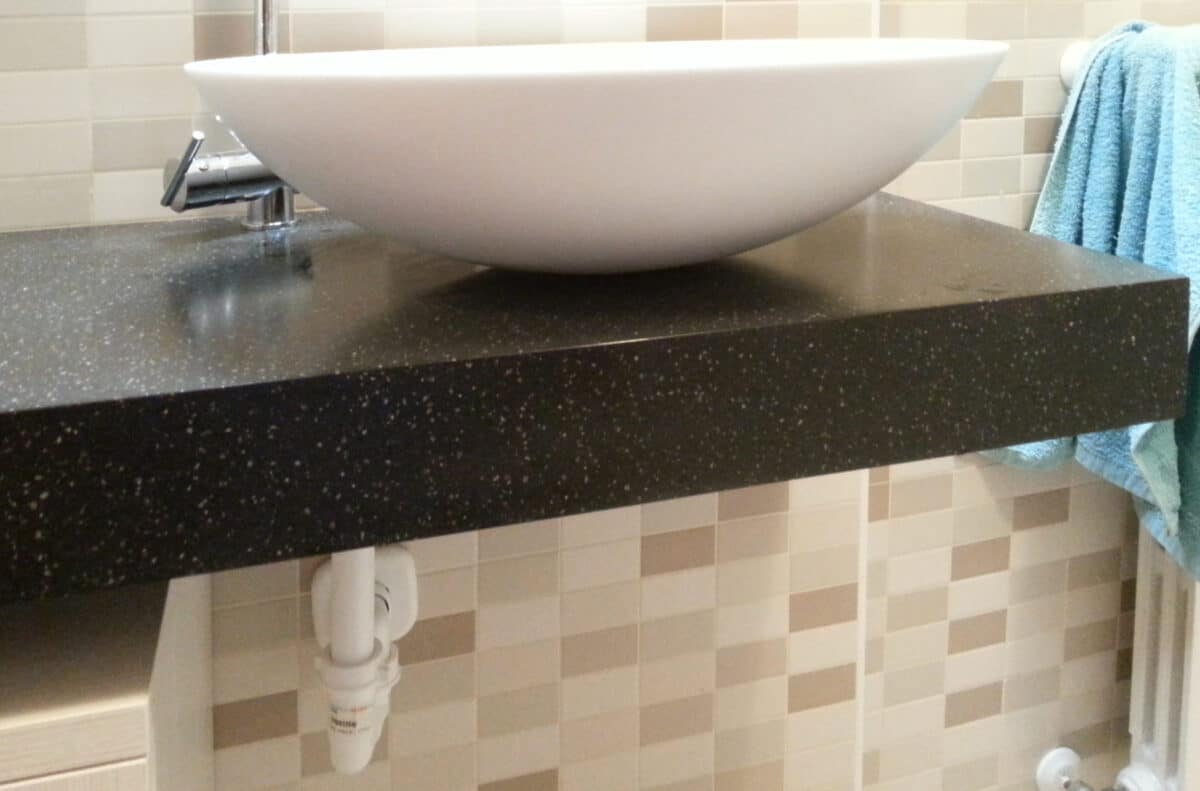 Mobile per bagno, top a sbalzo in Solid Surface