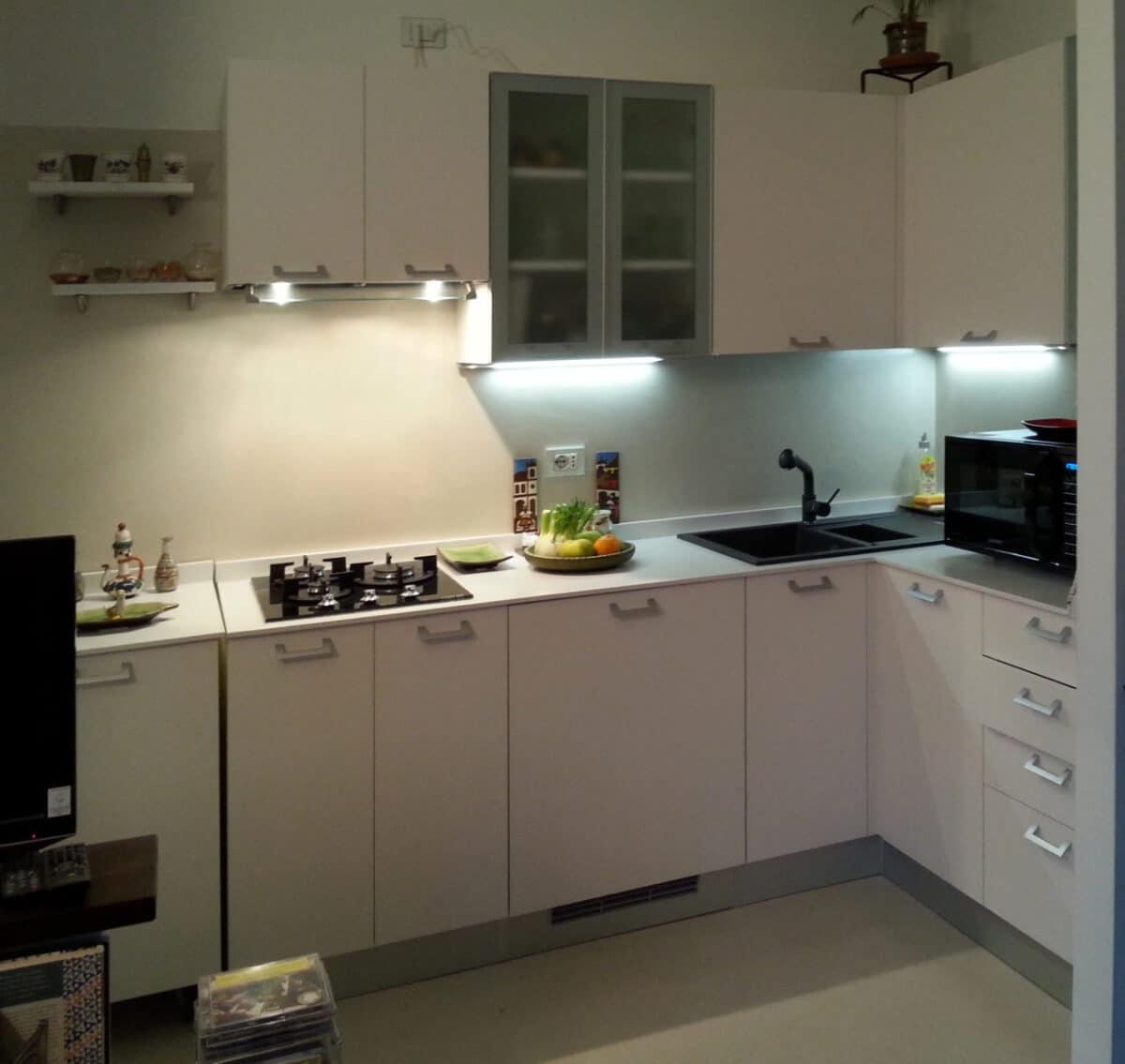 Cucina ad angolo con ante in Fenix® e v euro alluminio