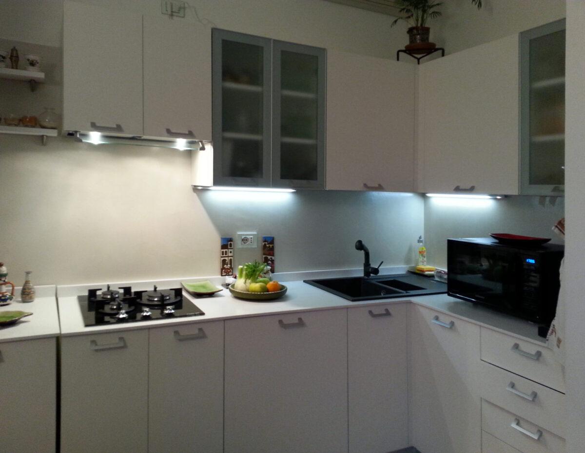 cucina ad angolo, con illuminazione sottopensile