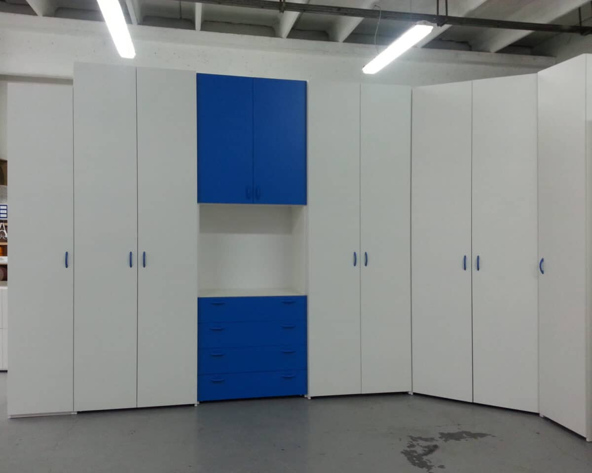 Armadiaturta con cabina armadio in fase di verifica in laboratorio