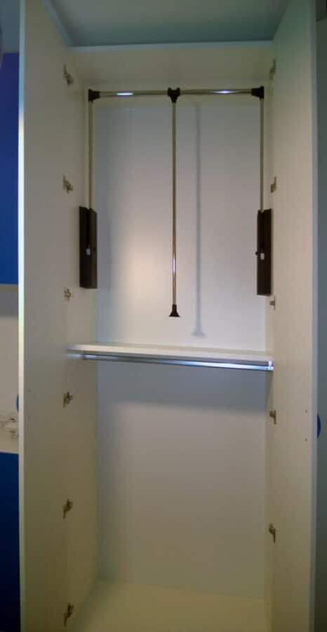 Vano cabina armadio attrezzata con appendiabiti saliscendi