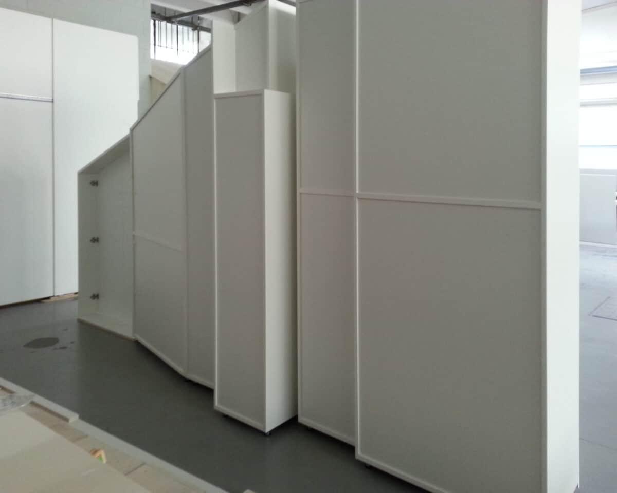 Armadiatura per mansarda, il fondo segue l'andatura irregolare della parete