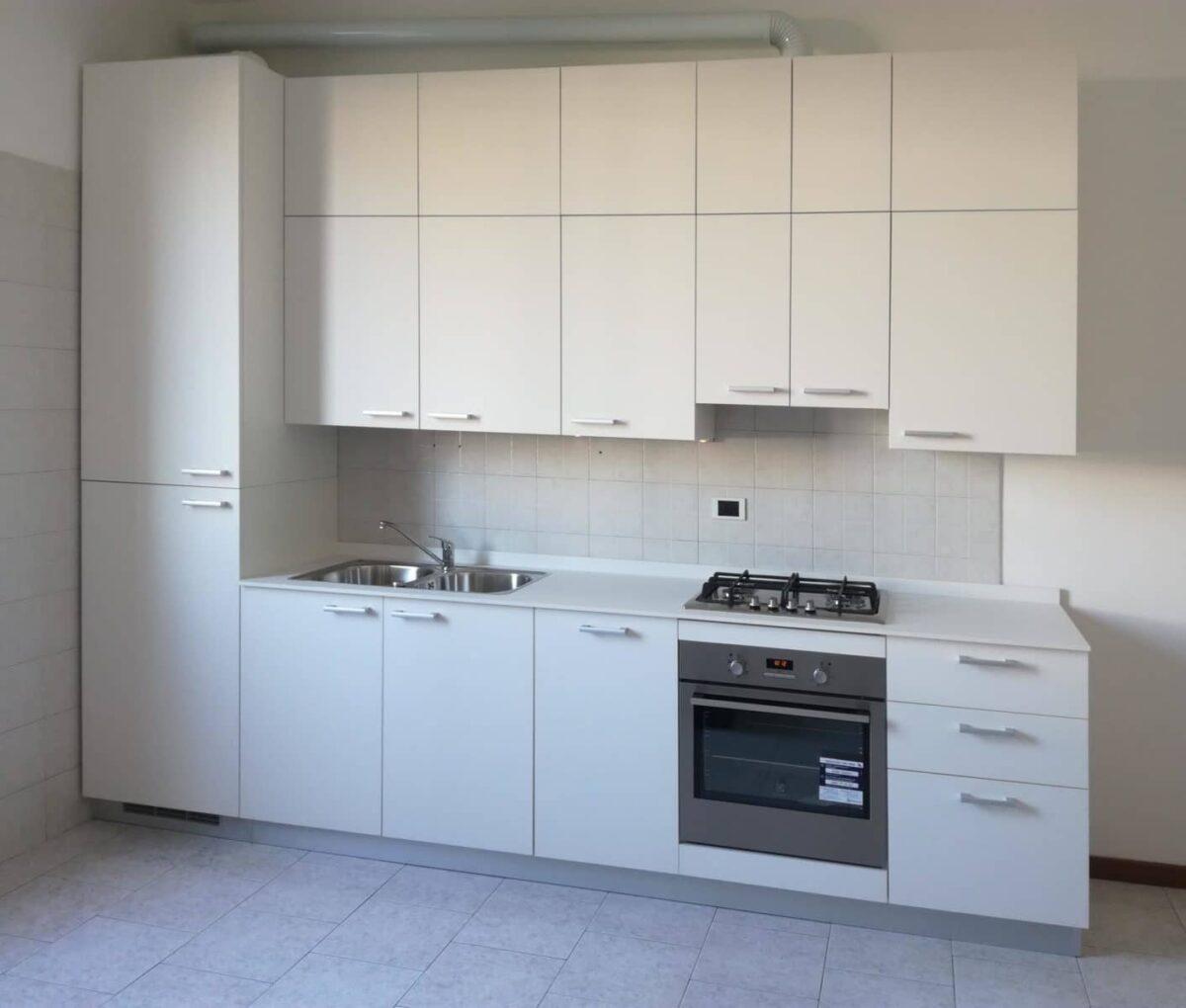 Cucina, struttura in nobilitato idro, top in stratificato bianco, ante in Fenix bianco, elettrodomestici integrati