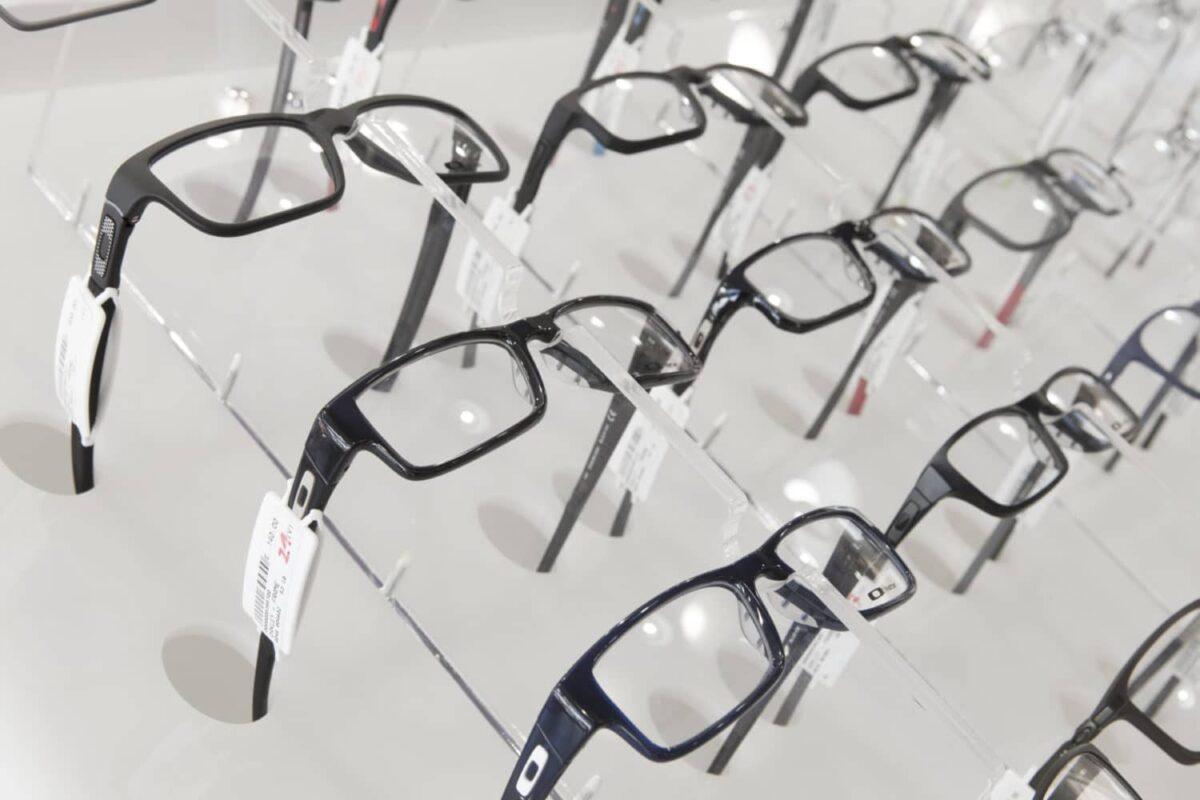 Espositore negozio di ottica, ripiano inclinato in opalino