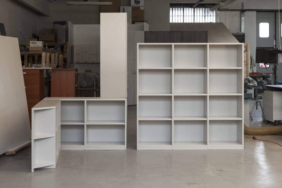 Libreria a 3 moduli, sagomati su profilo della stanza