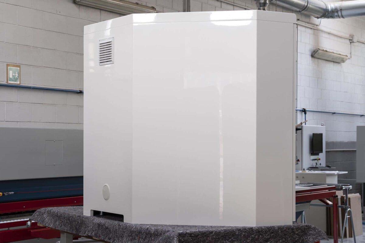 Retro armadio sagomato alla base per la massima areazione, passacavi e griglia di protezione