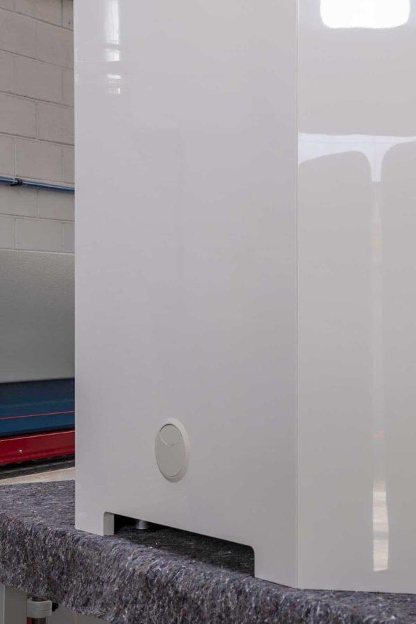 Retro armadio sagomato alla base per la massima areazione