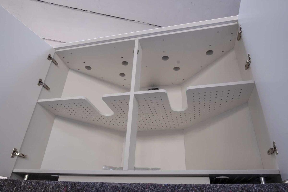 Internamente ripiano traforato per ospitare apparecchi elettronici in funzione