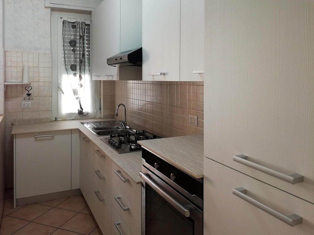 Cucina completa in spazi ridotti, con top in HPL
