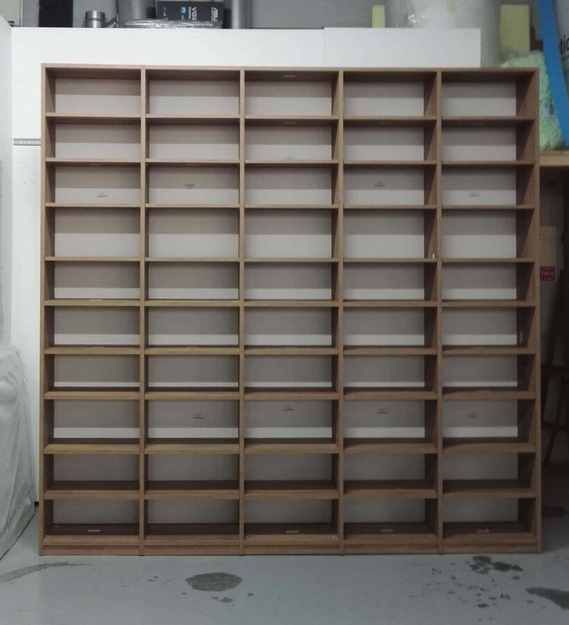 Libreria semplice e funzionale, pre-montaggio in falegnameria