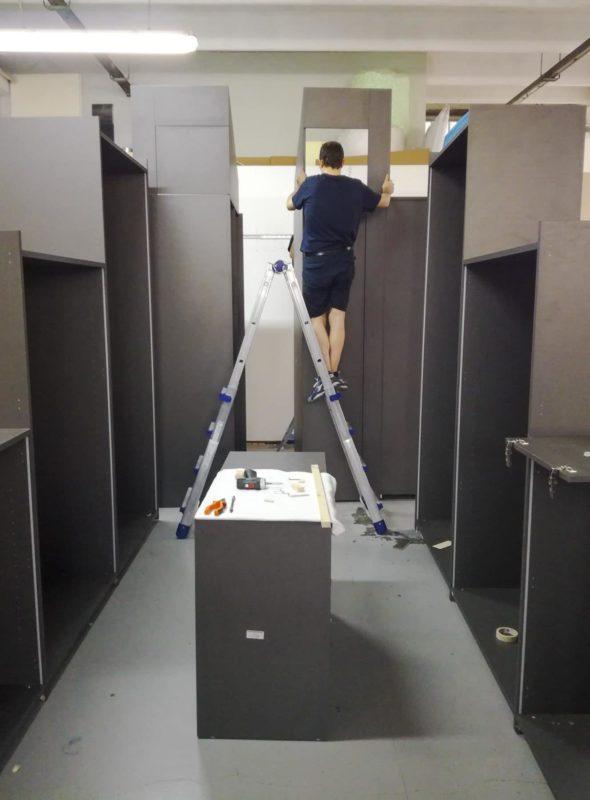 Ampio locale mansardato trasformato in cabina armadio, fase di pre-montaggio in laboratorio