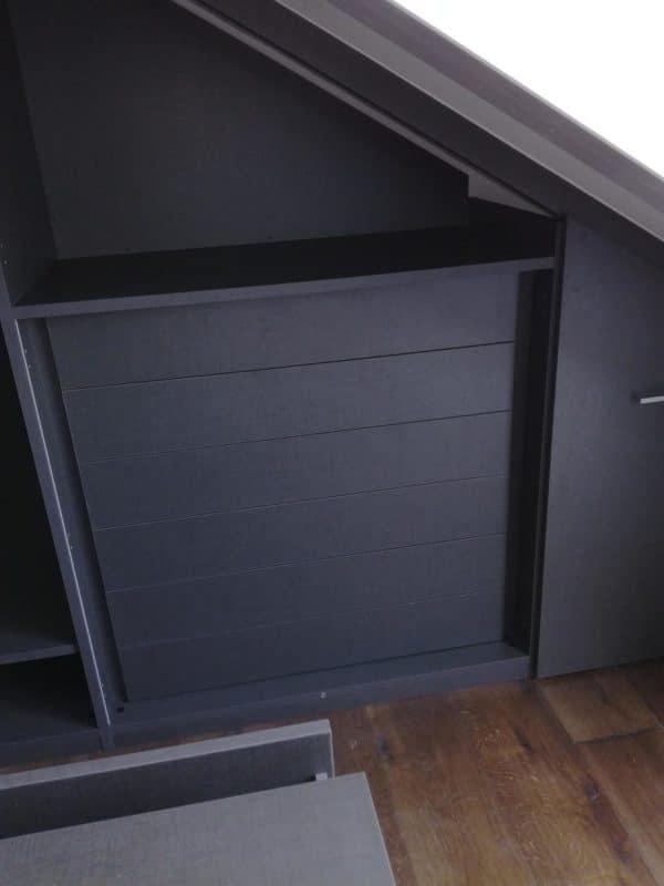 Ampio locale mansardato trasformato in cabina armadio, fase di montaggio