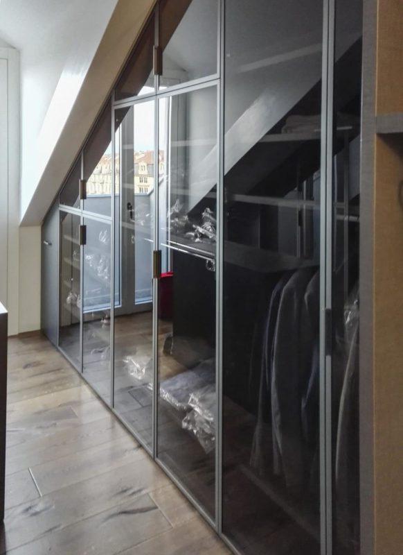 Ampio locale mansardato trasformato in cabina armadio
