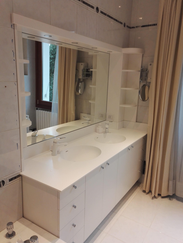 """Arredo bagno con piano in """"solid surface"""" con due lavabi integrati"""